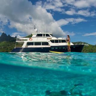 Blick aus dem Wasser auf die Yacht