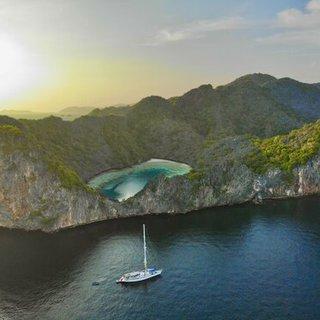 Yacht vor Insel